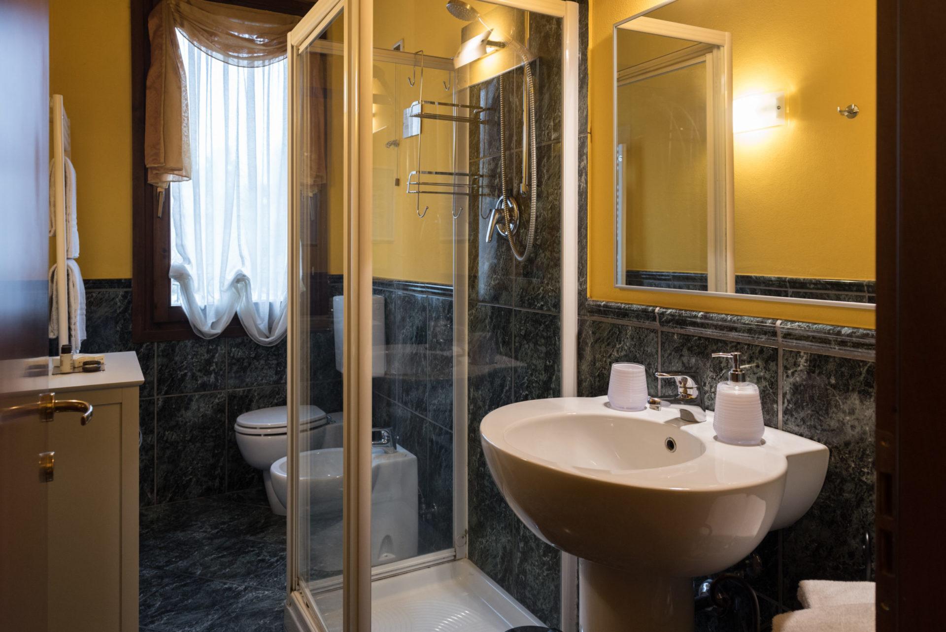 bagno privato con doccia private bathroom with shower